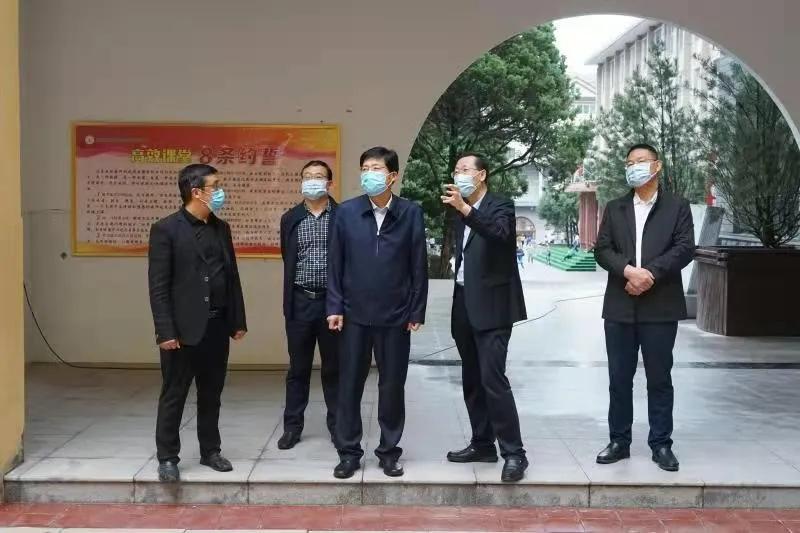 延安市教育局王文涛一行检查指导2021年秋季开学工作