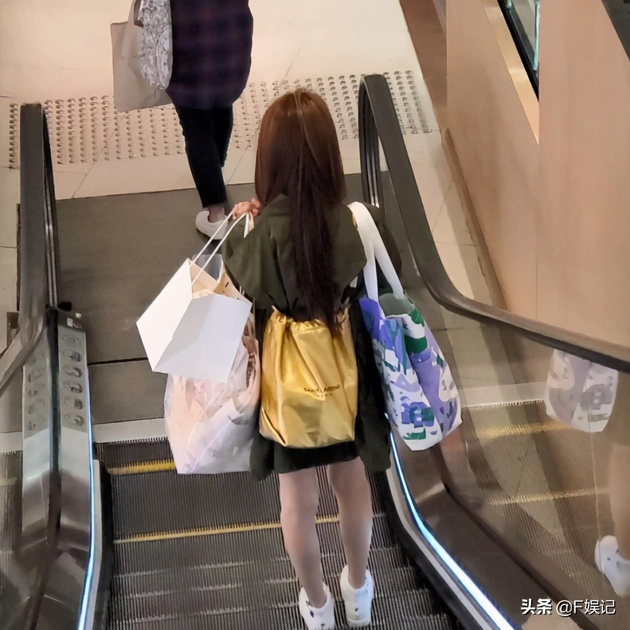 陳凱琳獨自拿幾大袋東西節儉搭電車回家還與老公鄭嘉穎暗暗撒狗糧
