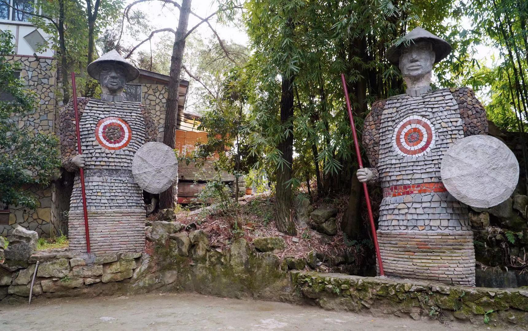 贵州一80岁老人,借300万花20年时间,打造出一个神秘古国