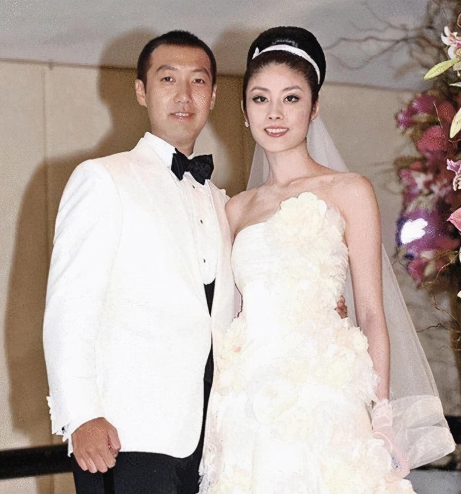 被富豪苦追16年,结婚生子花400万坐月子,48岁被宠成公主