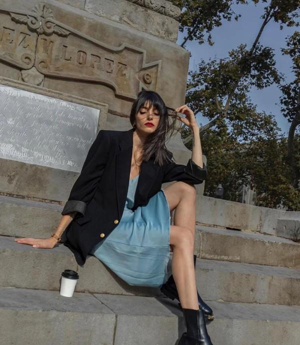 40岁张柏芝牛奶肤太嫩了!穿一身黑配蕾丝吊带,新综出场比浪姐美