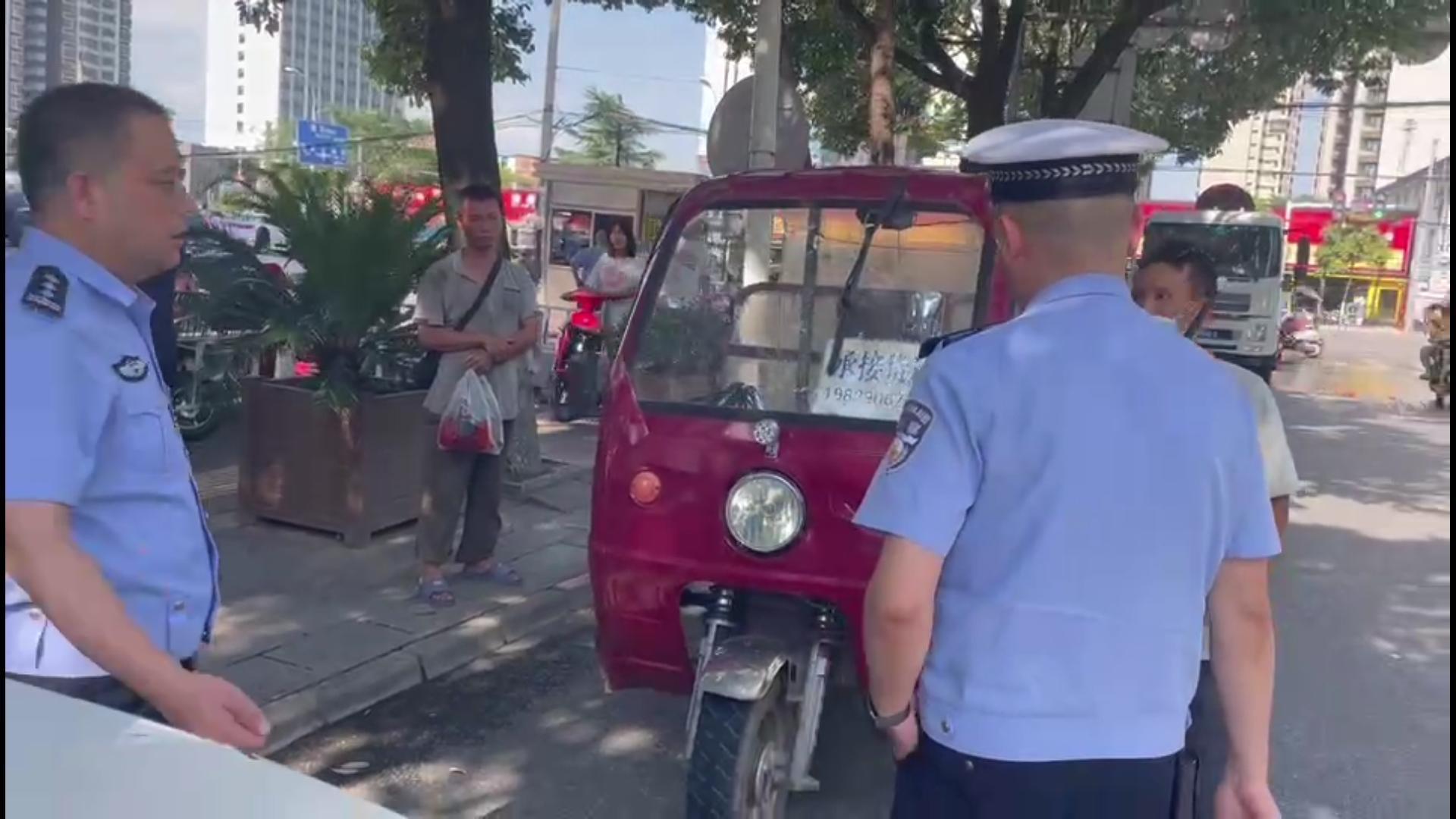 """危险危险危险!三轮车违法载人已被汉中交警""""盯""""住了"""