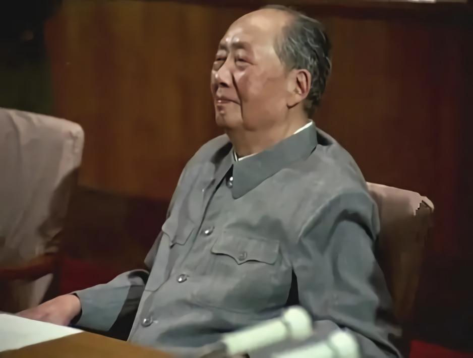 毛主席逝世3小時后,周福明跪著給他最后一次理發:淚水早已哭干