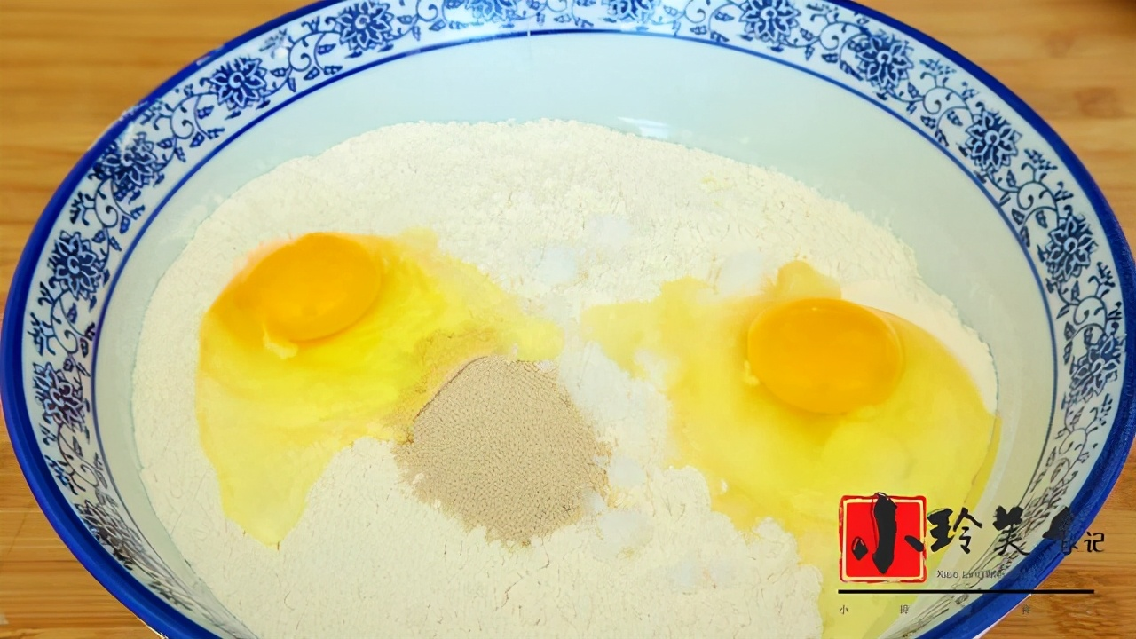 教你家庭版椰蓉麵包的做法,步驟簡單,麵包柔軟拉絲,孩子超愛吃