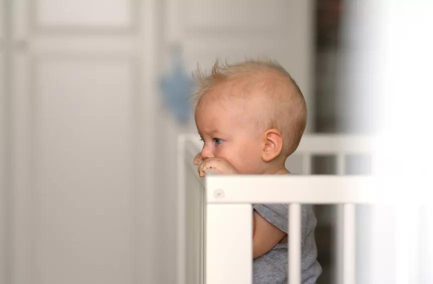 央视曝光!50%的婴儿床存在致命风险!赶紧自查