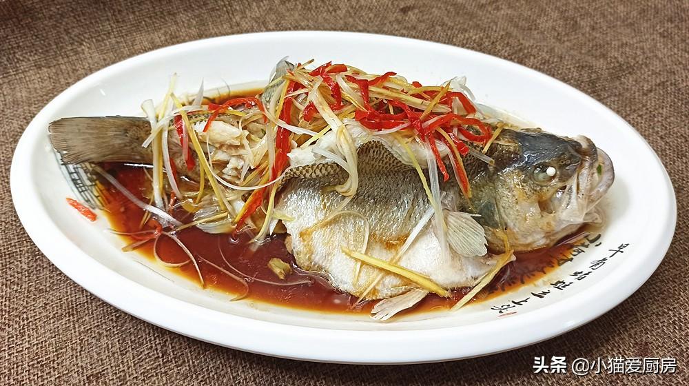 清蒸鲈鱼就爱这种做法 又快又简单 鱼肉鲜嫩细腻 年夜饭做来吃