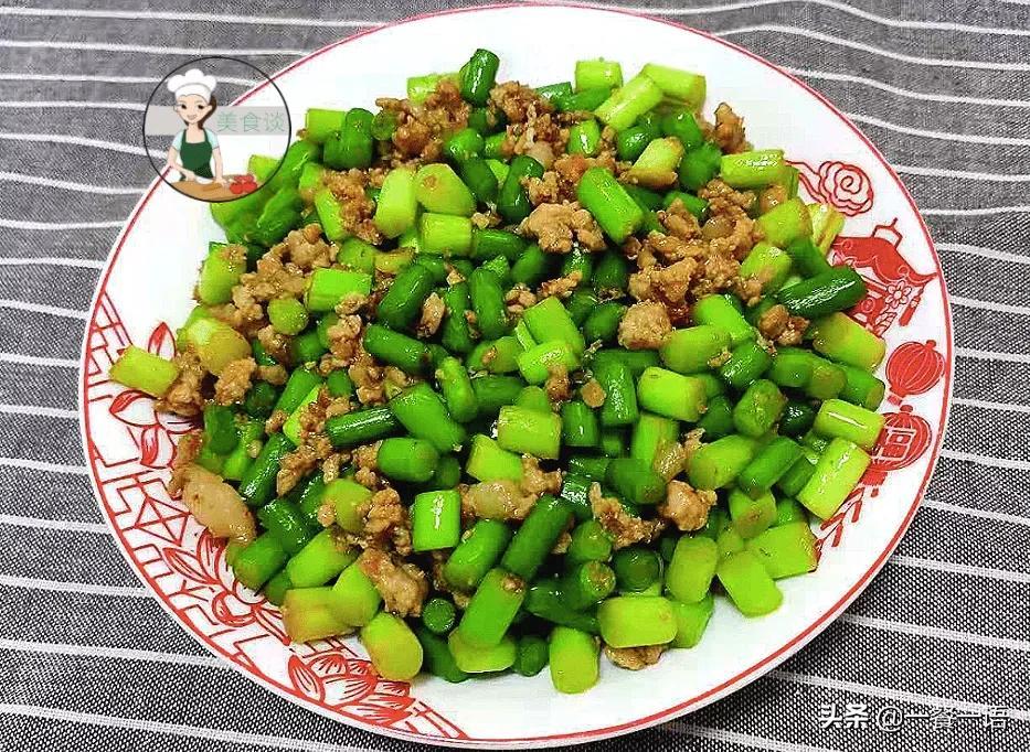 """正上市的这个蔬菜被誉为""""天然青霉素""""切粒炒着吃,鲜香爽脆 美食做法 第1张"""