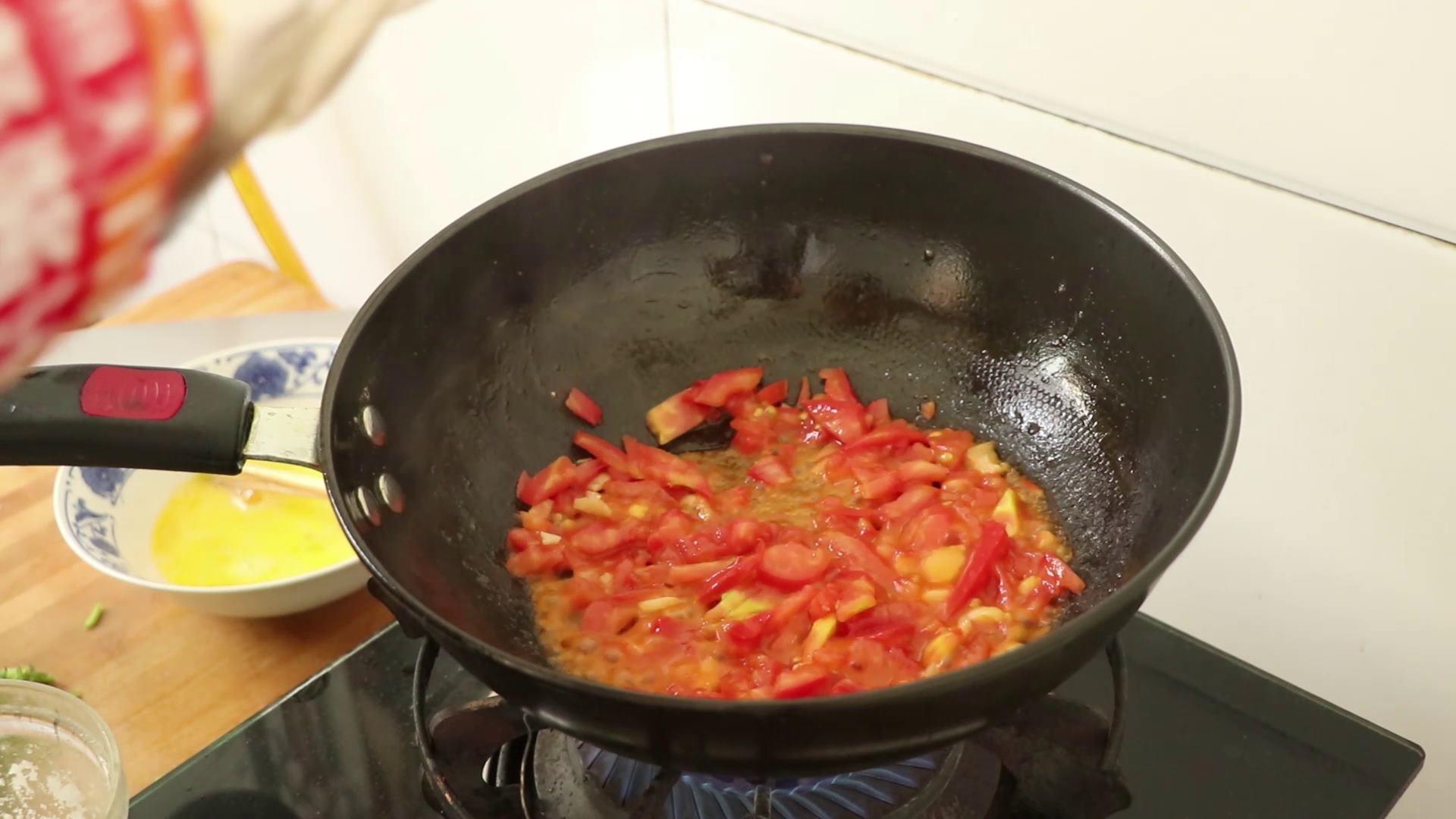 番茄疙瘩汤好喝有诀窍,口感劲道,香 美食做法 第8张