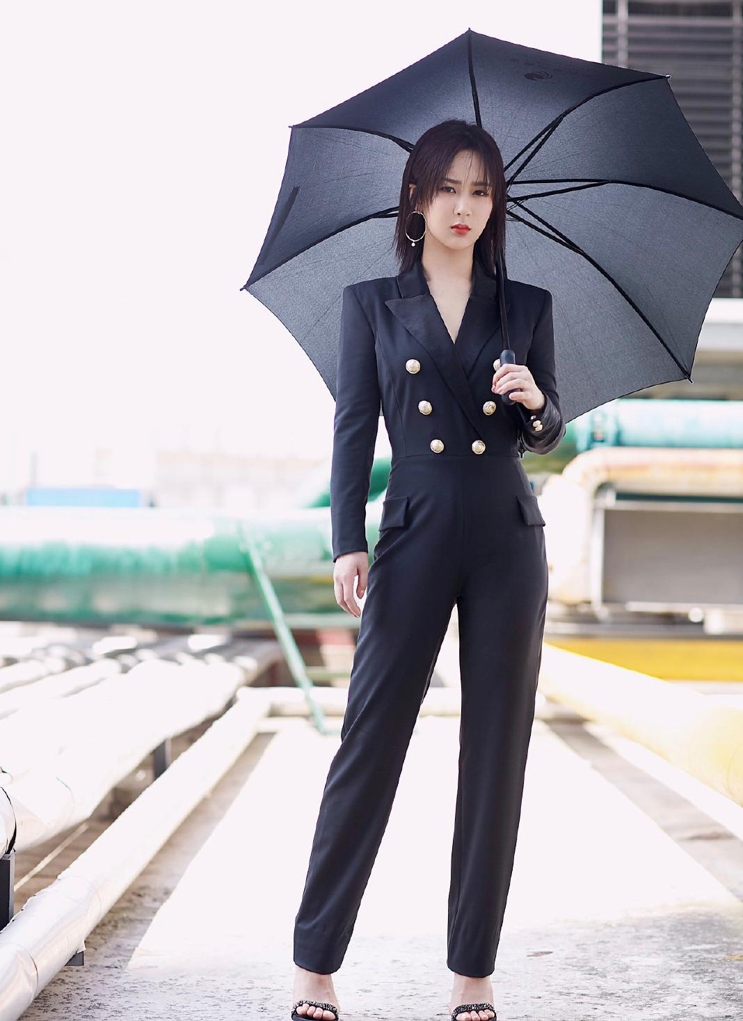 杨紫的造型师又成功了,穿黑色连体裤展示轻熟魅力,像换了个人