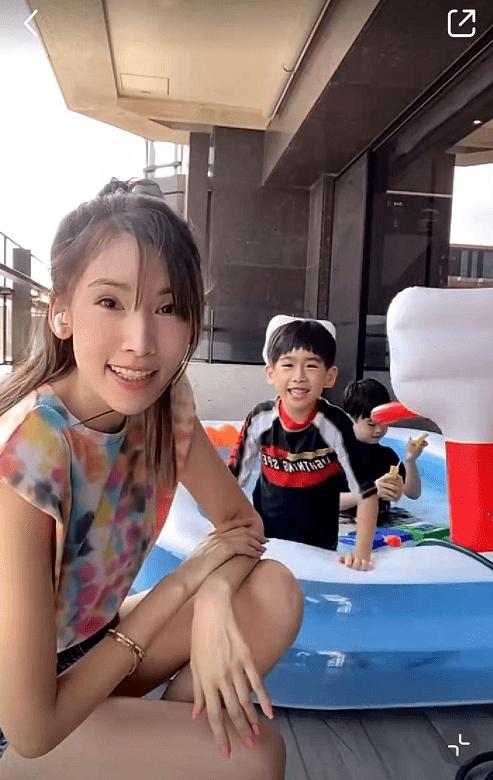 真豪宅!陈若仪晒双胞胎儿子家中游泳,阳台放充气泳池仍显空荡