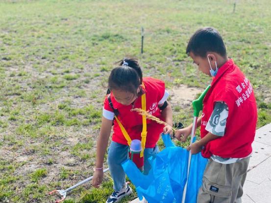 公益在线鄂尔多斯站携手动物园组织《蓝丝袋捡拾垃圾》环保活动