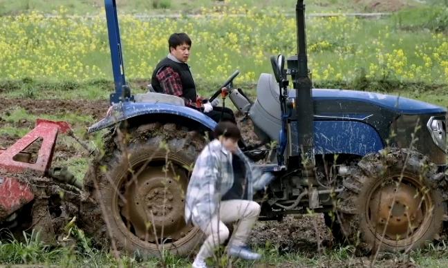 张艺兴为参加《向往5》,居然考了个拖拉机证,奇怪的技能增加了