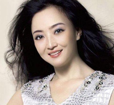 她曾暗恋恩师王志文,嫁央视名嘴闪婚闪离,今二婚终获幸福