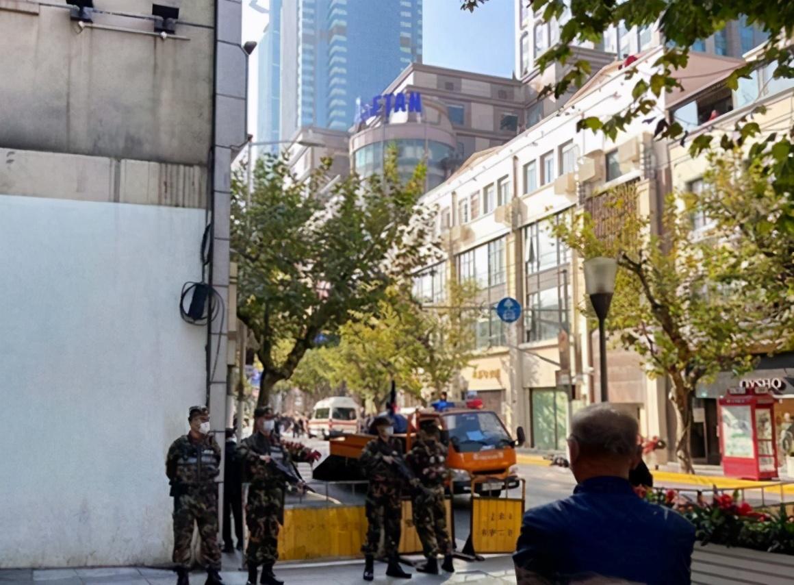 上海南京西路出现炸弹?警方:系一化妆箱,无危险物品