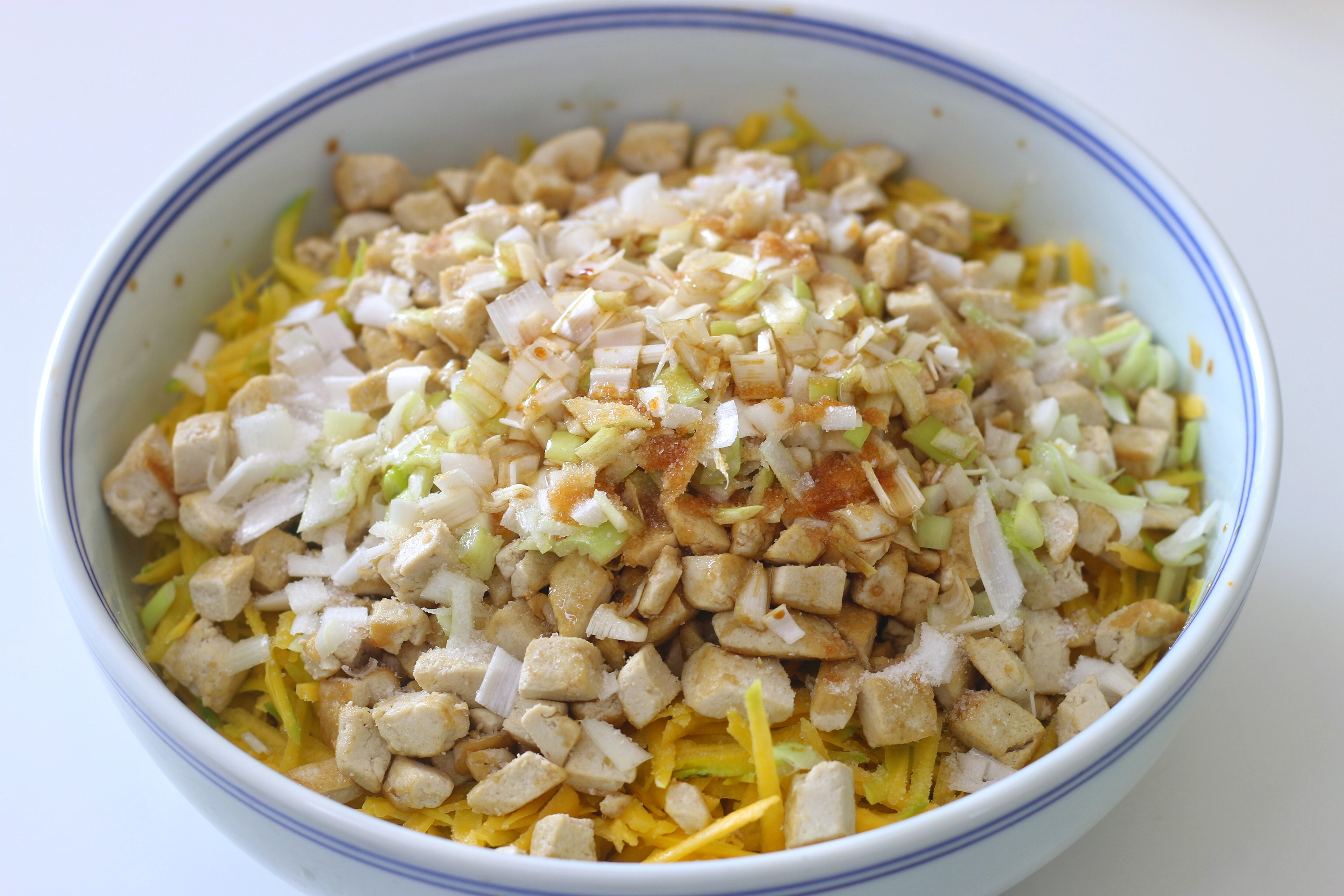 用南瓜和豆腐做素馅儿包,无需过多调料,蒸出来比肉包子都香