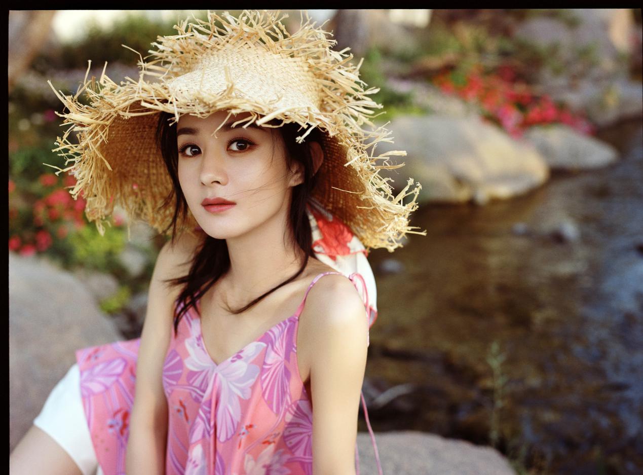 赵丽颖七夕晒美照!一袭粉色印花吊带裙温柔甜美,肩颈线十分抢镜