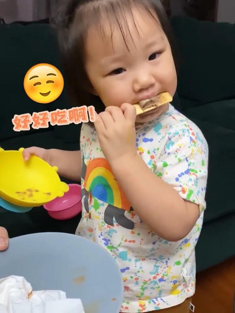 王祖藍曬女兒可愛吃相,2歲天韻已經懂得分享,十分乖巧懂事