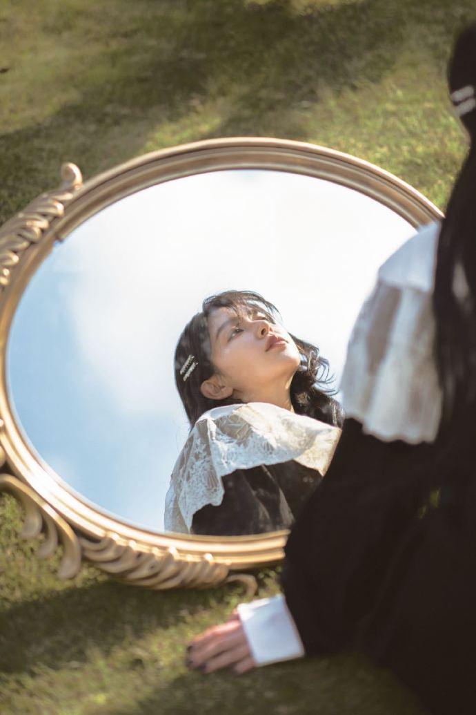 名门泽佳:阚清子魔镜大片释出,丝绒长裙搭钻石项链效果温婉复古