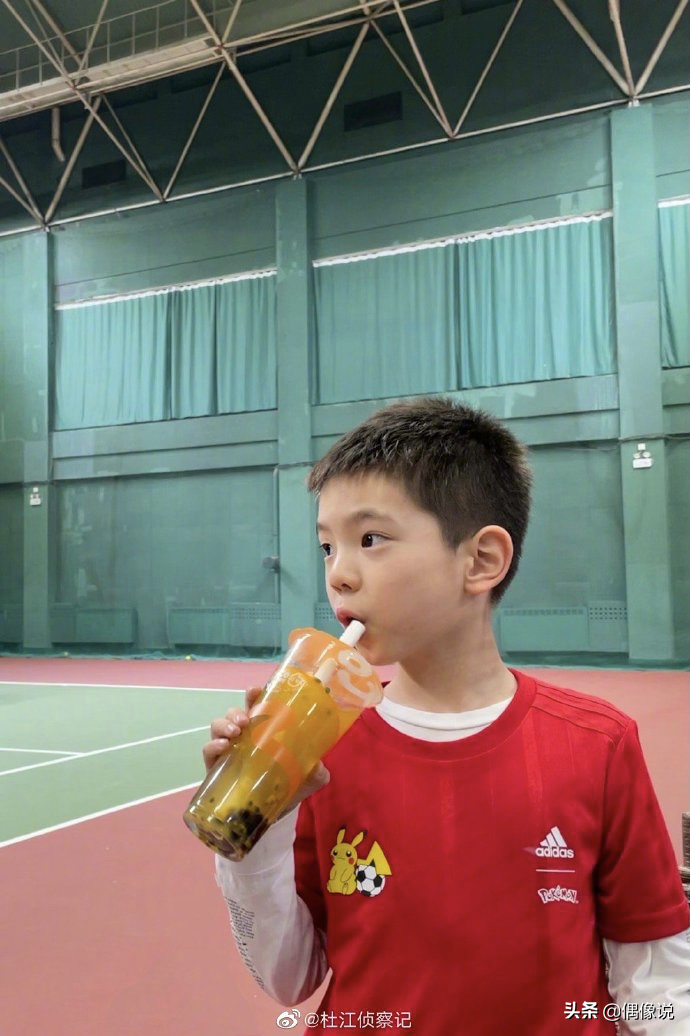 杜江7岁儿子嗯哼看奥运会很激动,在家练习跳高,姿势标准有潜力