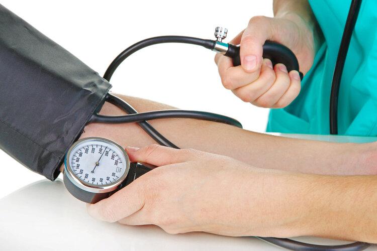 洋葱能降血压?错了!医生坦言:做好2件事,高血压跟你说拜拜