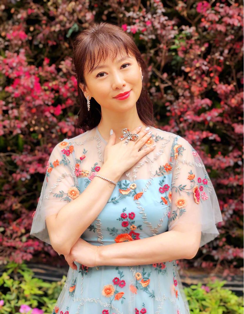 翁虹身穿蓝色印花连衣裙现花丛中,齐肩发型超减龄,哪像50岁?