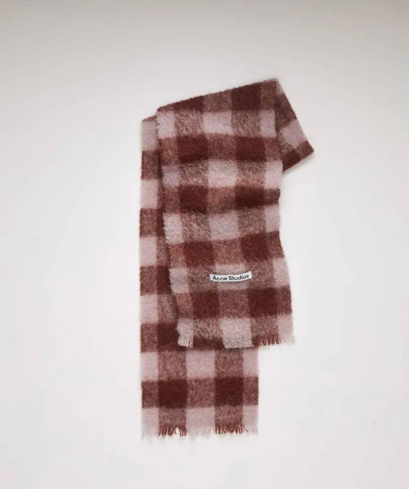 会挑围巾的女孩,衣Q不会太低,比如Jennie