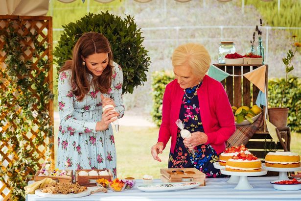 """乔治小王子8岁了,""""官方生日照""""有惊无险公布,凯特熬夜做蛋糕"""