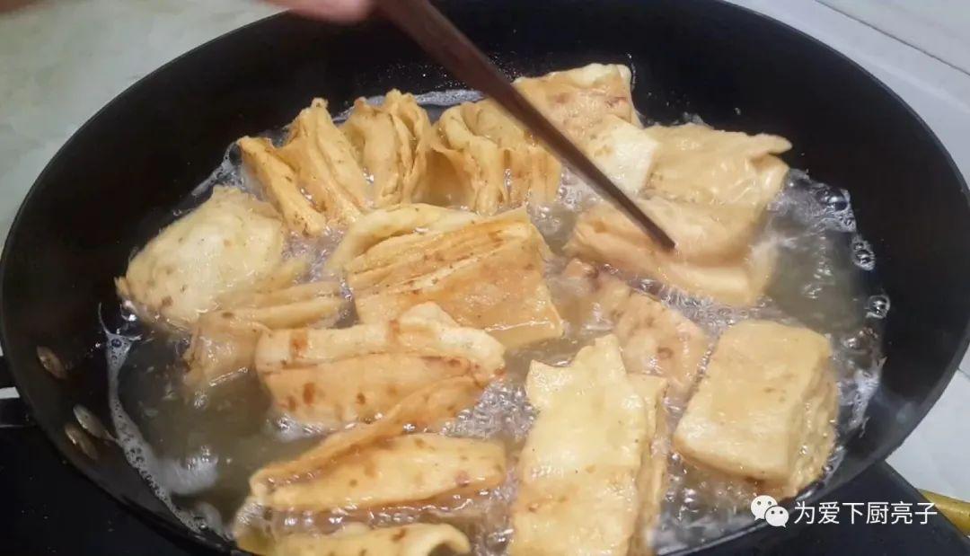 最近这蕉叶做法火了,锅里一炸,比面包馒头好吃,学会都能开店了