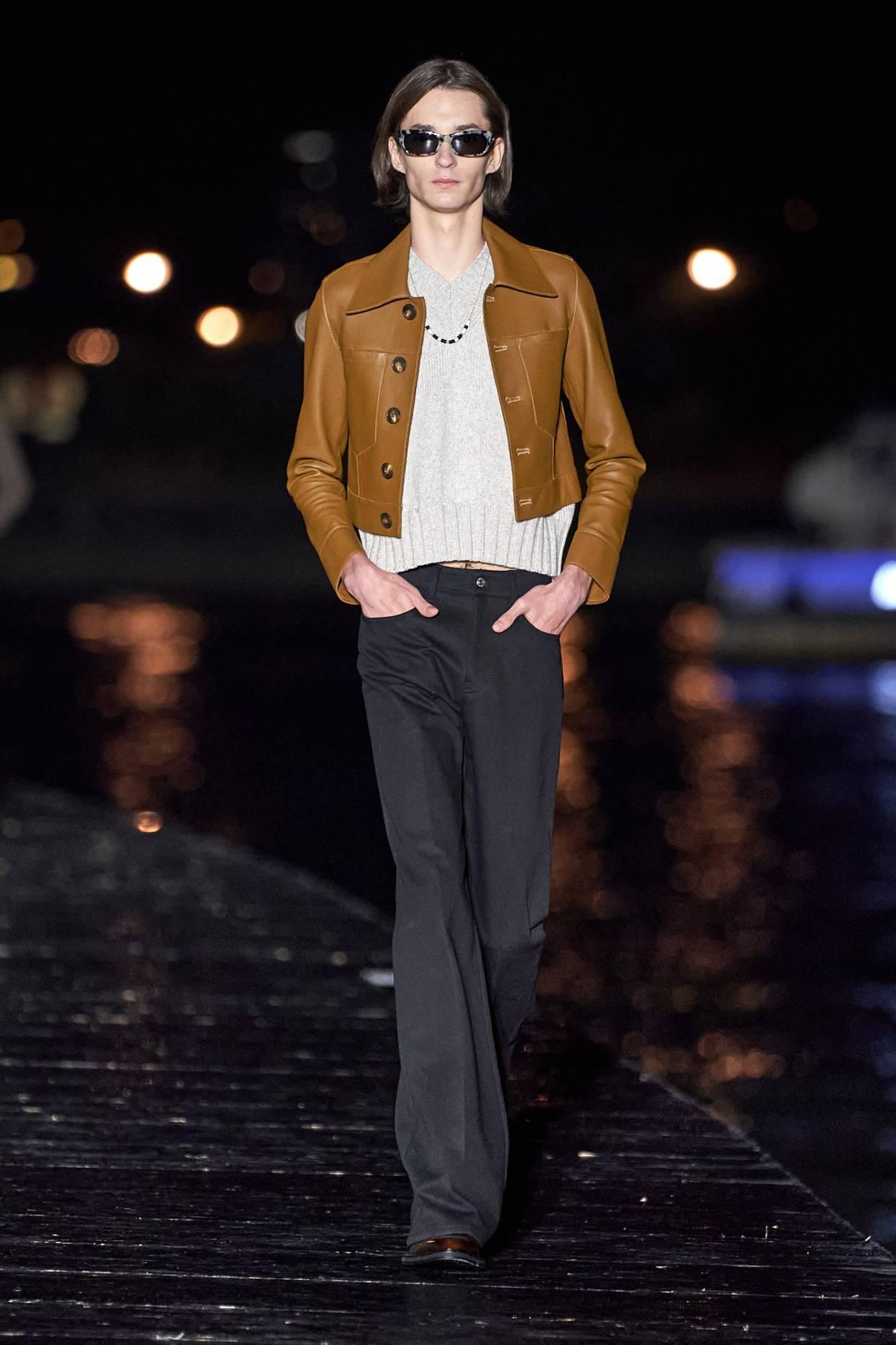 阿湯哥女兒15歲了! 沒有小時候美,皮夾克搭配T卹約會時尚個性
