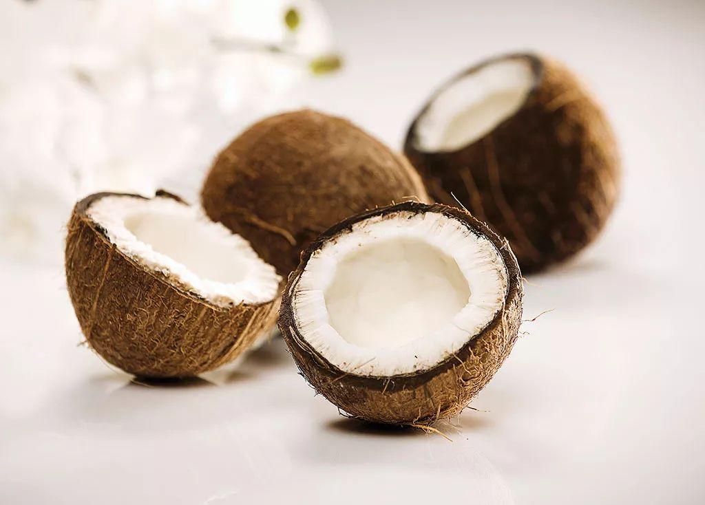 椰子里面的白色果肉可以吃吗(椰子里面的白肉怎么吃)