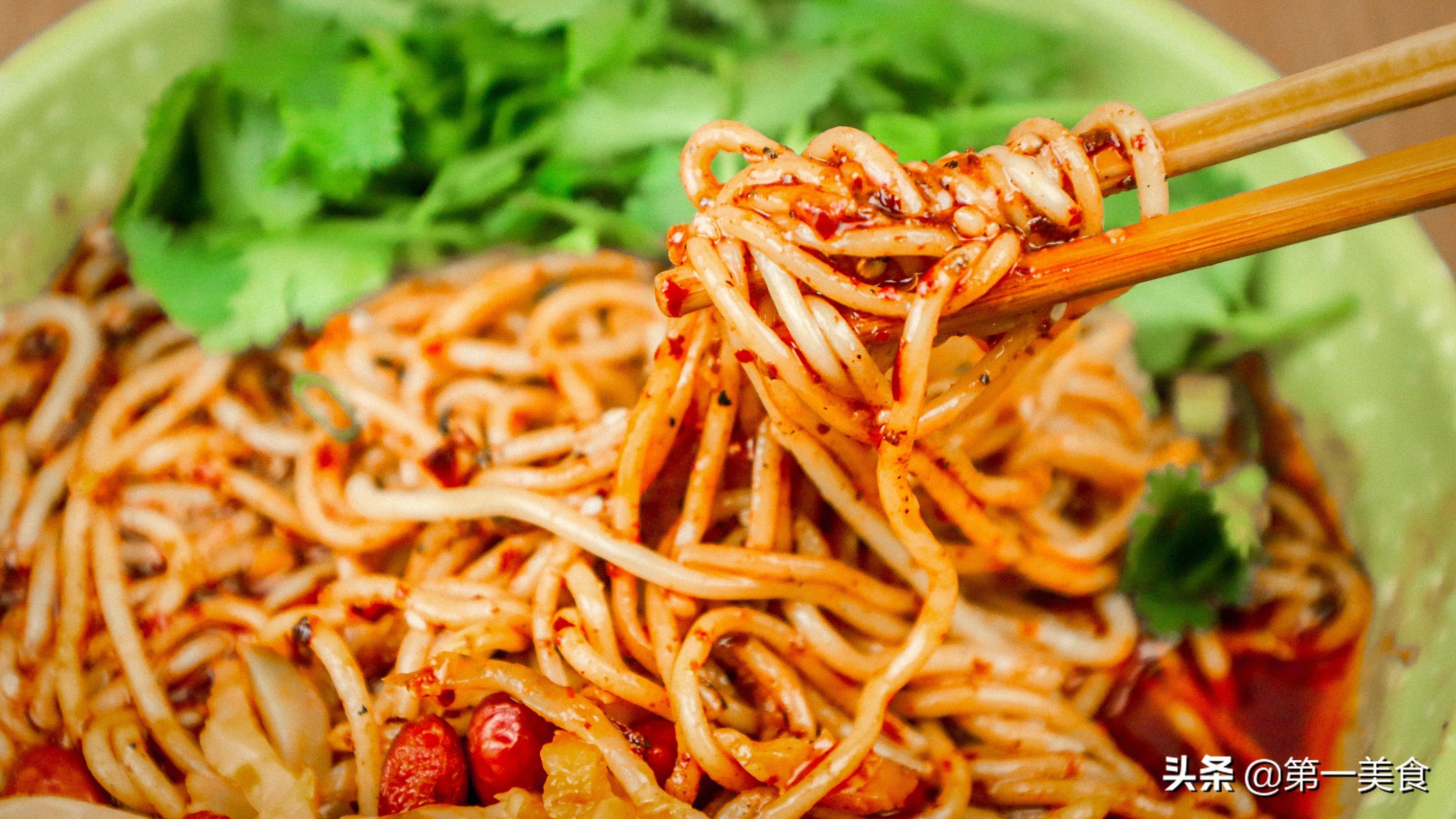 家常小面怎样做才麻辣又好吃 关键就在这碗辣椒红油 麻辣鲜香