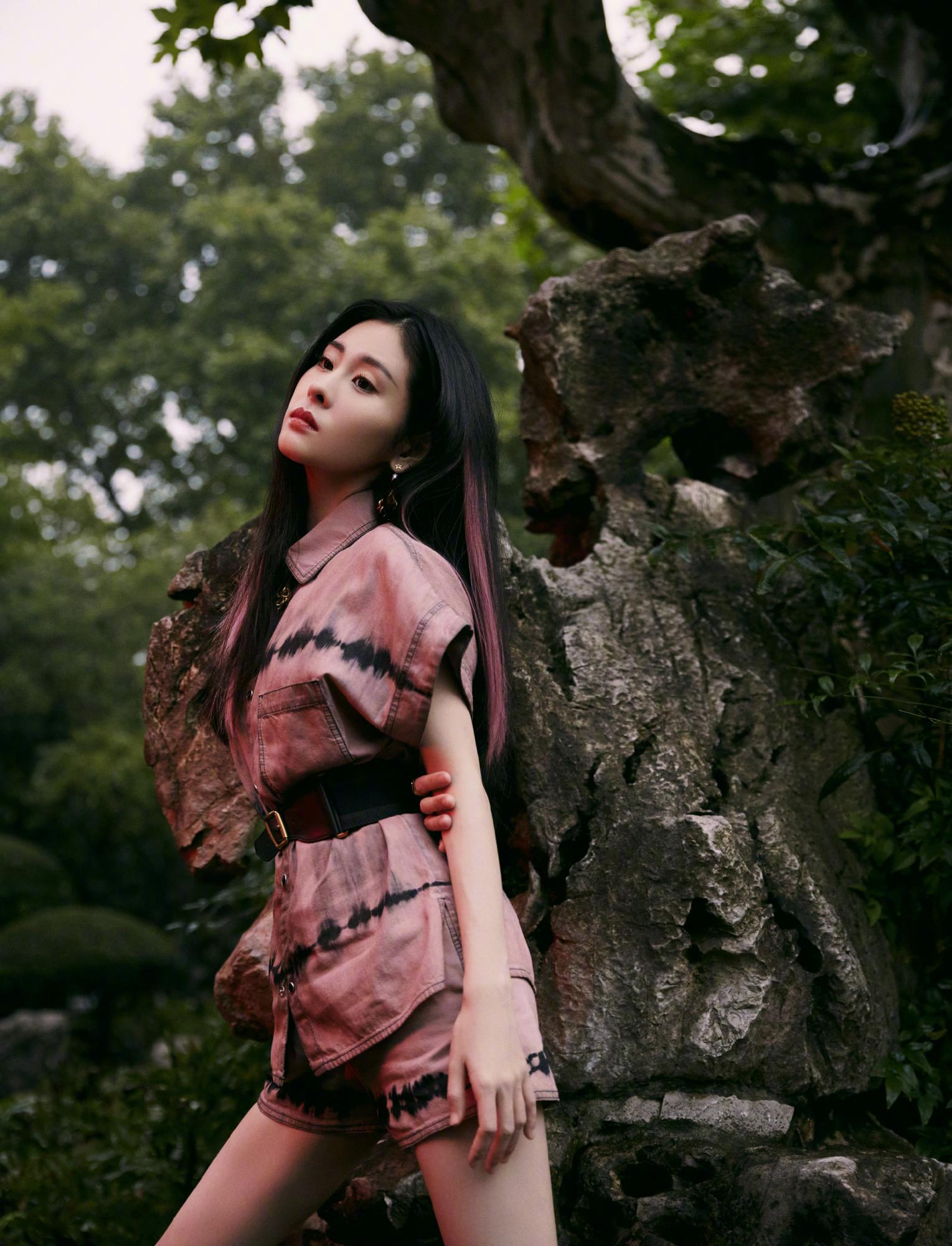 张碧晨身穿扎染套装,搭配黑色长筒靴,满满的甜酷气息