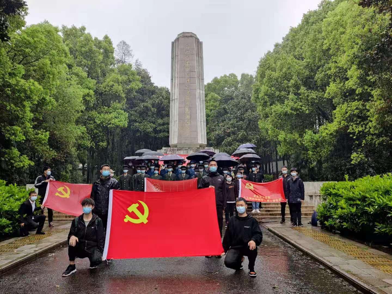 武昌理工学院退伍军人俱乐部组织开展烈士陵园祭奠活动