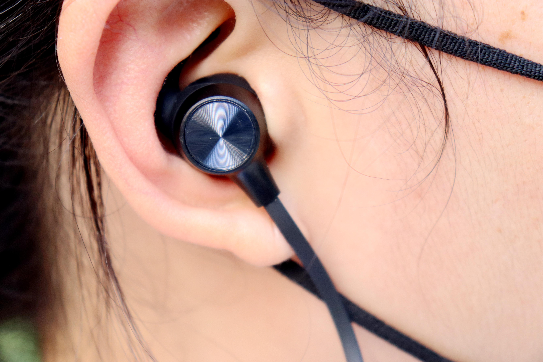 时尚大气的JEET W1S运动蓝牙耳机