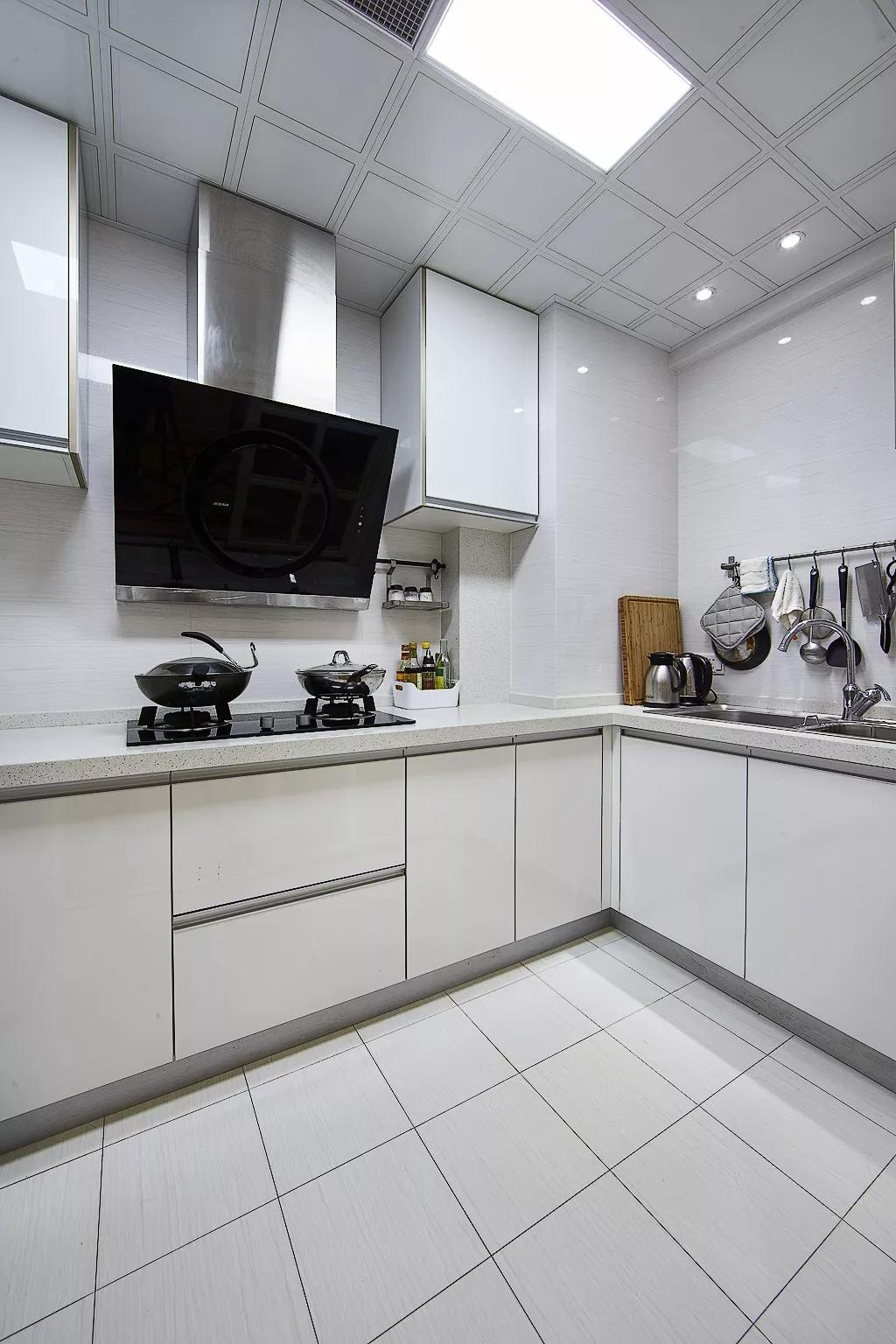 廚房不用太復雜,簡單的配色,足夠的櫥柜,就夠了