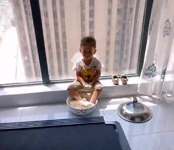 """【妈妈准备和面蒸馒头,接个电话回来,发现面盆变成儿子""""洗脚盆""""】图2"""