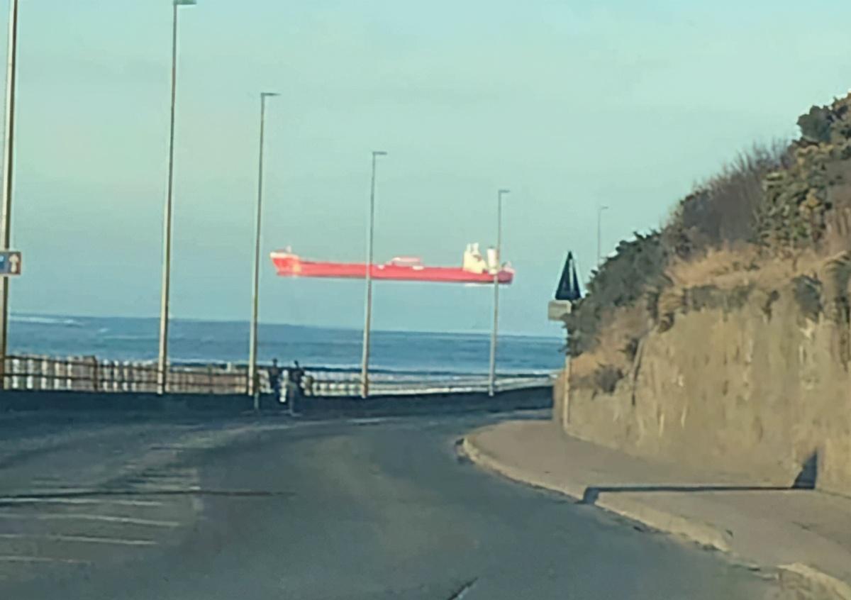 考验眼力的时候到了,英国男子拍下奇怪照片:船到底在天上还是海里