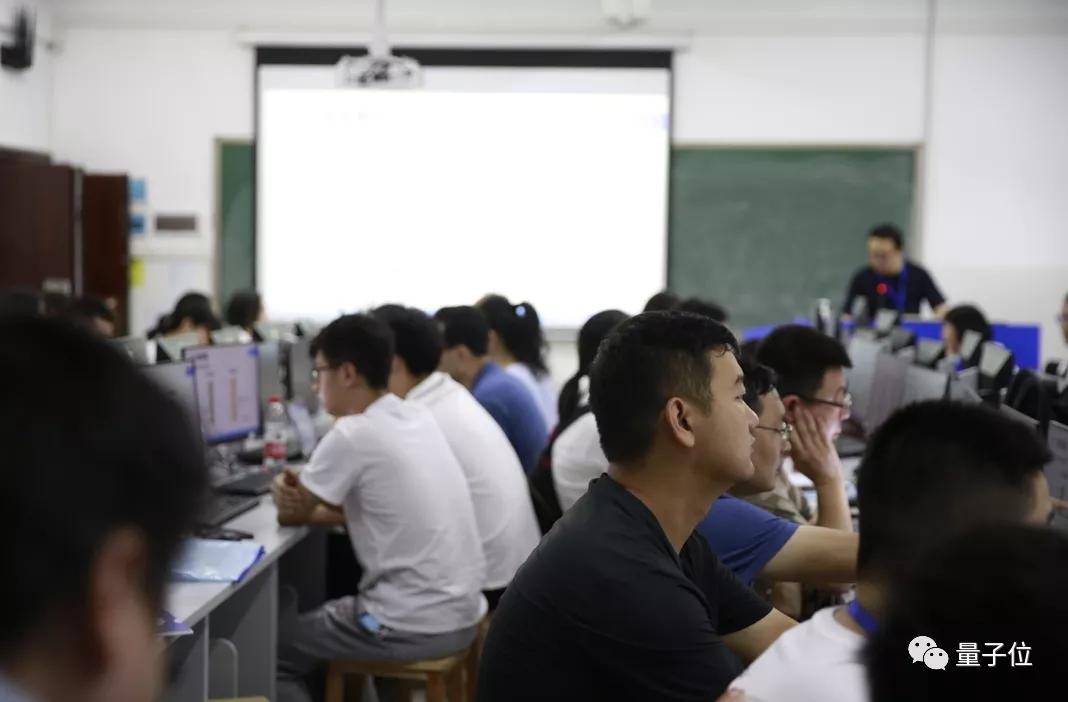高校老师暑假狂补AI课背后:AI人才培养竞赛开跑