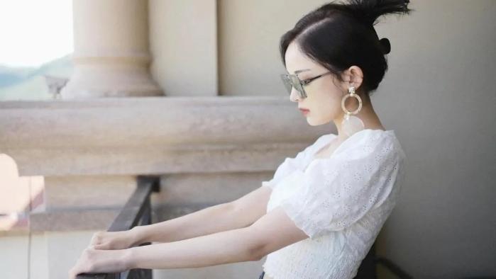 """古力娜扎的時尚感真強,穿著""""甜妹""""款式卻御姐范滿滿,太A了吧"""