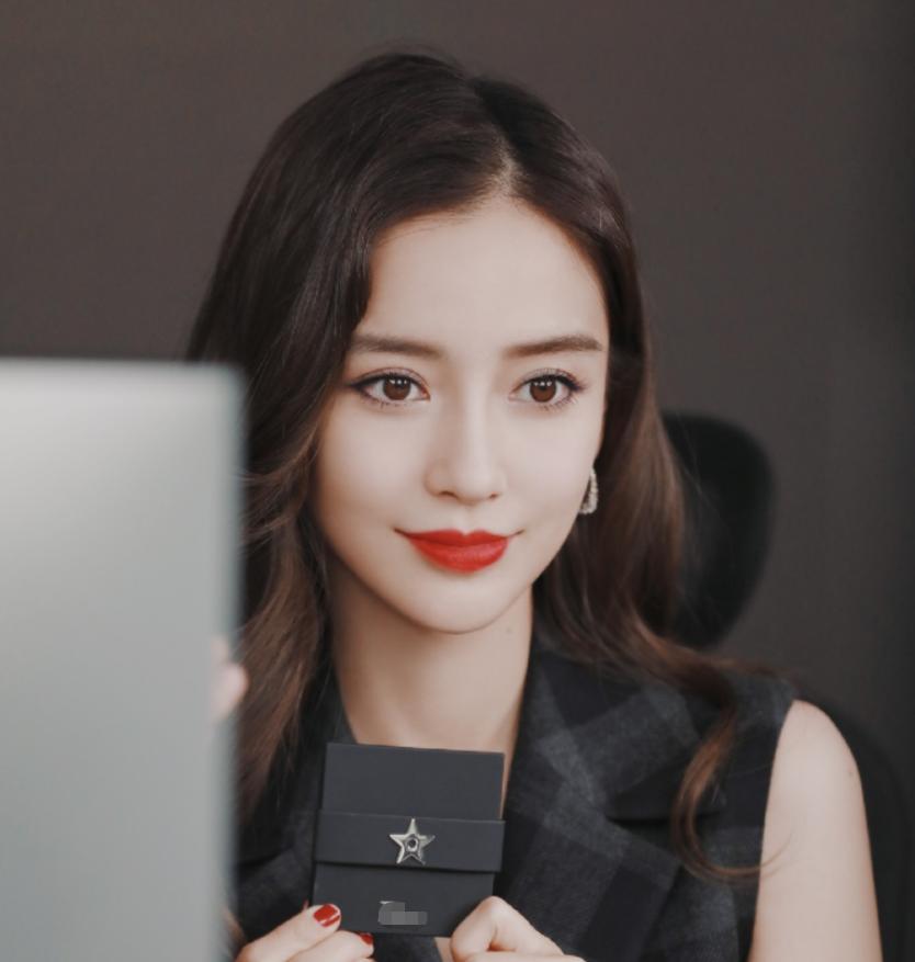 31岁杨颖有多美?做客李佳琦直播间时,看对方的眼神就都明白了