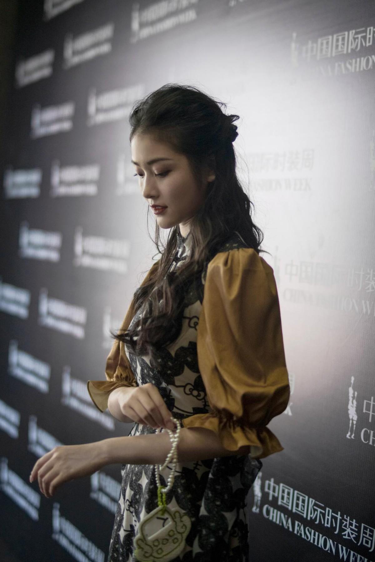 演员肖露亮相中国国际时装周 出席XUNRUO熏若2022春夏新品发布会