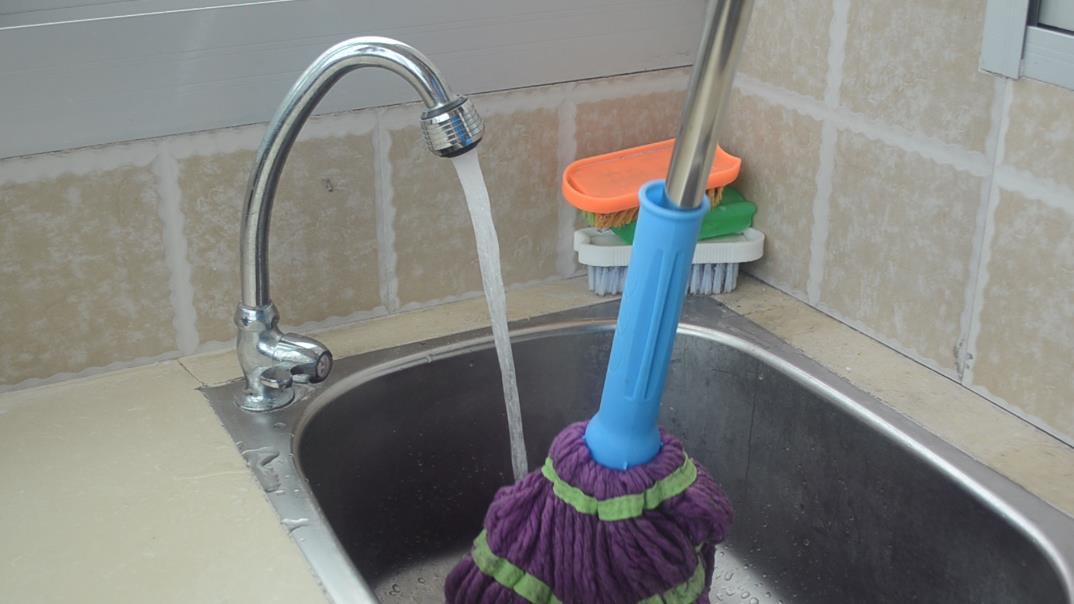 不管拖把多髒多黑,一個簡單的方法,拖把洗完乾淨如新,真實用