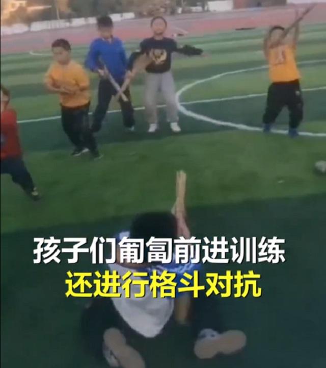 小学体育课上出军事战术课的气势,老师:孩子们喜欢的不想下课