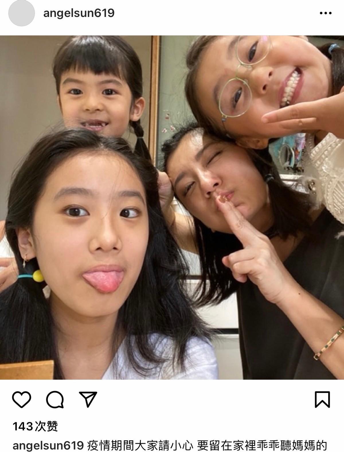 賈靜雯和仨女兒搞怪,4個美女咘咘眼睛居然最小,波妞缺牙張嘴笑
