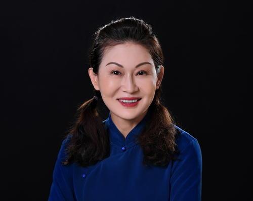 玻尿酸皇后赵艳:售价5000的成本是15,现在价值400亿。她有几头奶牛