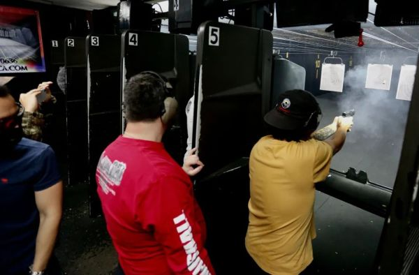 美国仇恨亚裔暴力案频发,亚裔扎堆射击场求自保,老板免费供枪弹