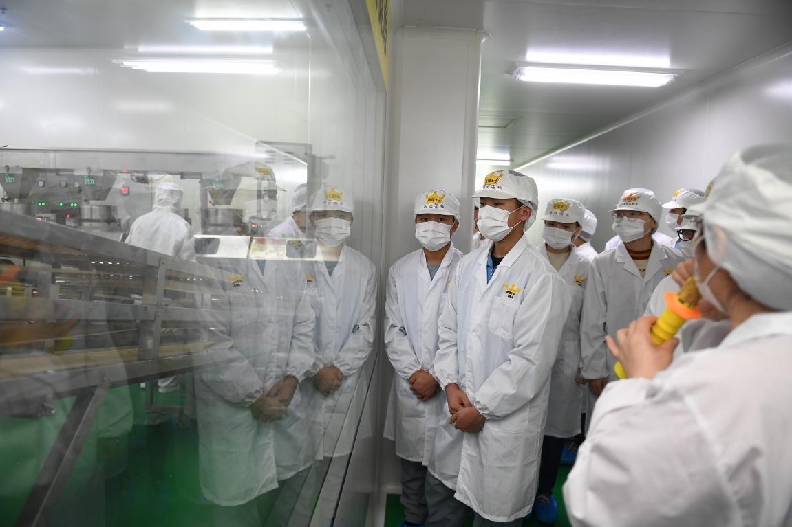 辣條專業班與螺螄粉學院舉辦交流會,共同制作辣條螺螄粉