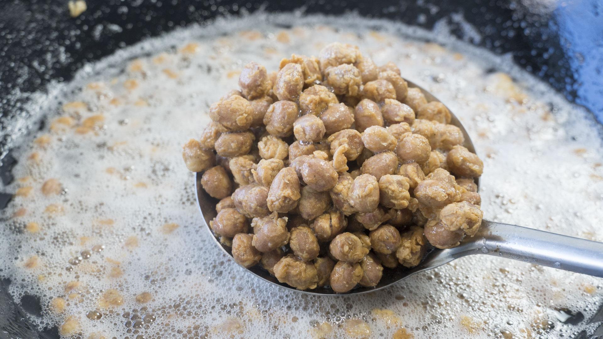 花生米里打2個雞蛋,簡單一做,出鍋酥脆又鬆軟,比大魚大肉還香