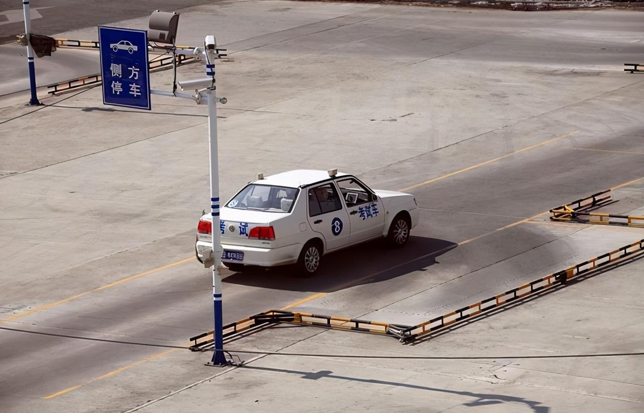 黑龙江省齐齐哈尔一女子道路考试被私家车拦下,女子拍车理论:我都考了四个月了。  女孩考驾照四个月,科三考试时遇到的状况,使女孩崩溃大哭 大家都认为现在驾照难考不是没有原因的。  由于这条路的车辆越来越