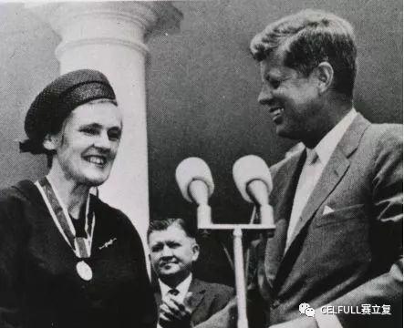 肯尼迪总统于1962年8月2日授予弗朗西丝总统勋章